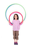 Młoda dziewczyna bawić się z hula obręczem odizolowywającym Zdjęcia Royalty Free