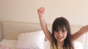 Młoda dziewczyna biega w sypialnię zdjęcie wideo