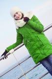 Młoda dziewczyna blisko morza w zimie obraz stock
