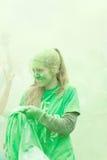 Młoda dziewczyna całkowicie zakrywająca z zielonego koloru proszkiem Zdjęcie Royalty Free