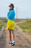 Młoda dziewczyna chodzi pole w lecie fotografia royalty free