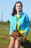 Młoda dziewczyna chodzi pole w lecie zdjęcie royalty free