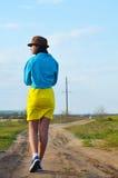 Młoda dziewczyna chodzi pole w lecie obrazy stock