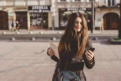 Młoda dziewczyna chodzi w starej części miasto fotografia stock