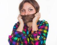 Młoda dziewczyna chował jej twarz w włosy Fotografia Stock