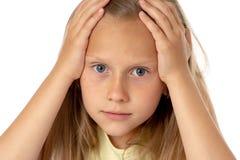 Młoda dziewczyna ciągnie jej włosy w stresie nad pracującym edukaci pojęciem i obrazy stock