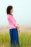 Młoda dziewczyna cicho stoi na mglistym mgłowym polu Obrazy Royalty Free