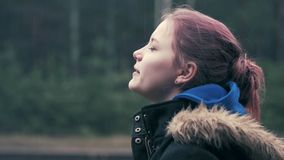 Młoda dziewczyna cieszy się deszcz w wiosny lasowym zbliżeniu 60 24fps 4K UHD zdjęcie wideo