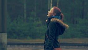 Młoda dziewczyna cieszy się deszcz w wiosny lasowym zbliżeniu 60 24fps 4K UHD zbiory