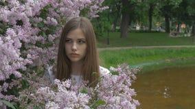 Młoda dziewczyna cieszy się perfumowanie bez Oddycha woń kwiaty zdjęcie wideo
