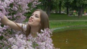 Młoda dziewczyna cieszy się perfumowanie bez Oddycha woń kwiaty zbiory wideo