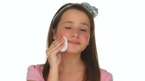 Młoda dziewczyna czyści jej twarz z bawełnianym ochraniaczem zdjęcie wideo