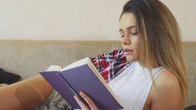 Młoda dziewczyna czyta książkę zbiory wideo