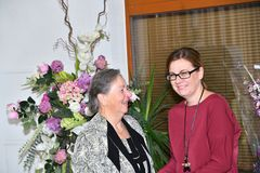 Młoda dziewczyna daje kwiaty jej babcia urodziny zdjęcie royalty free