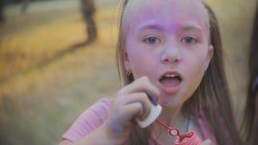 Młoda Dziewczyna Dmucha bąble w zwolnionym tempie przy zmierzchem zakończenie dziewczyny dmuchanie up troszkę gulgocze przy kamer zdjęcie wideo
