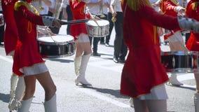 Młoda dziewczyna dobosz w czerwieni przy paradą Uliczny wyst?p z okazji wakacje zbiory wideo