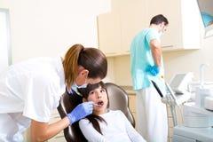 Młoda dziewczyna dostaje jej stomatologicznego checkup obrazy stock