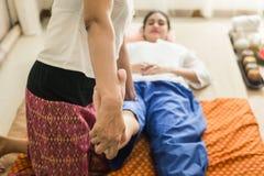 Młoda Dziewczyna dostaje Tajlandzkiego stylowego masaż kobietą dla ciało terapii Obraz Stock