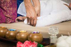 Młoda Dziewczyna dostaje Tajlandzkiego stylowego masaż kobietą dla ciało terapii Obrazy Stock