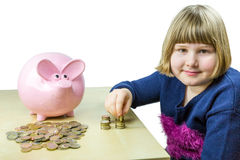 Młoda dziewczyna euro odliczające monety od prosiątko banka Zdjęcie Stock