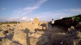 Młoda dziewczyna fotograf chodzi przez antycznych ruin zdjęcie wideo