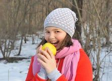 Młoda dziewczyna gryźć jabłka Zdjęcia Stock