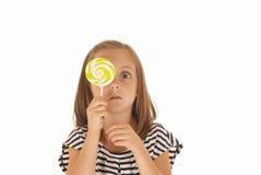 Młoda dziewczyna holdiing odrosta nad jej twarzą, śmieszną Obraz Stock
