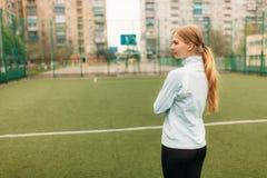 Młoda dziewczyna iść wewnątrz dla sportów, portret, przystojna dziewczyna w sportswear Dziewczyna pracuje w otwartym, świeże powi zdjęcie stock