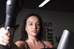 Młoda dziewczyna iść wewnątrz dla sportów w gym Obrazy Stock