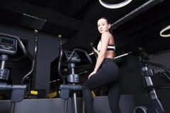 Młoda dziewczyna iść wewnątrz dla sportów w gym Fotografia Royalty Free
