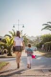 Młoda dziewczyna i śliczny dzieciak z a jeździć na deskorolce plenerowego Zdjęcia Royalty Free