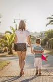 Młoda dziewczyna i śliczny dzieciak z a jeździć na deskorolce plenerowego Zdjęcie Royalty Free