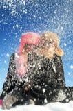 Młoda dziewczyna i chłopiec w zimie Zdjęcia Royalty Free
