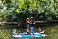 Młoda dziewczyna i mężczyzna w słomianych kapeluszach stoi na surfboards zdjęcia royalty free