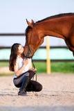 Młoda dziewczyna i podpalany koń - buziak Obrazy Royalty Free