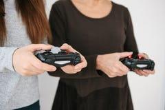 Młoda dziewczyna i starsza kobieta bawić się wpólnie w wideo grą Łączna rozrywka Życie Rodzinne Komunikacja obraz royalty free