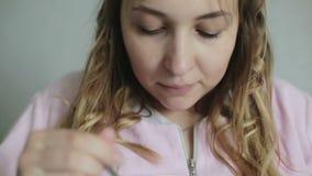 Młoda dziewczyna je świeże jagody z łyżką zdjęcie wideo