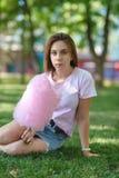 Młoda dziewczyna je bawełnianego cukierek w parku obrazy royalty free