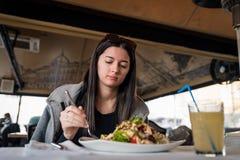 Młoda dziewczyna je posiłek warzywa i pije świeżą lemoniadę obrazy royalty free