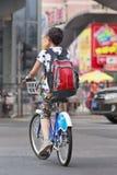 Młoda dziewczyna jedzie jawnego część rower, Pekin śródmieście, Chiny Obrazy Stock