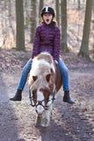 Młoda dziewczyna jedzie konika obraz stock