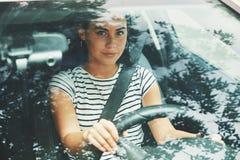 Młoda dziewczyna jedzie samochód zdjęcia royalty free