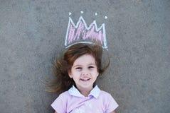 Młoda dziewczyna z kreda rysującą koroną Obraz Royalty Free