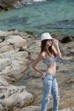 Młoda dziewczyna jest ubranym skróty, uprawa wierzchołek i kapeluszowego pozować outside Zdjęcie Royalty Free