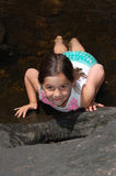 Młoda dziewczyna kłaść na jej żołądku w kraju strumyku Zdjęcia Stock