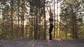 Młoda dziewczyna kończył trenować i jest szczęśliwa z jej osiągnięciami Żeńskiej atlety biegać ciężki przy świtem swobodny ruch zbiory wideo
