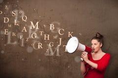Młoda dziewczyna krzyczy w megafon i tekst przychodzących out zdjęcia royalty free