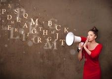Młoda dziewczyna krzyczy w megafon i tekst przychodzących out Fotografia Royalty Free