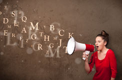 Młoda dziewczyna krzyczy w megafon i tekst przychodzących out Zdjęcie Royalty Free