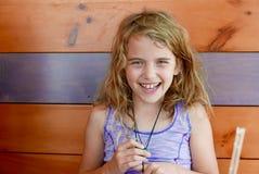 Młoda dziewczyna luaghing i ono uśmiecha się przy kamerą w drewniany restauracyjny budka obrazy stock